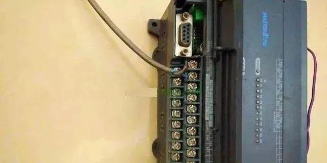 如何查看PLC接线图,并根据图纸进行PLC实物接线?